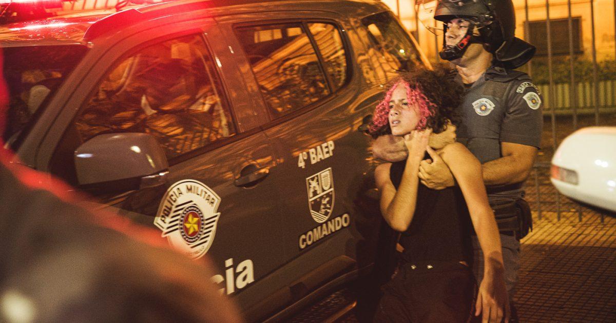 A polícia atua para intimidar os manifestantes, com o intuito de desestimular a participação em protestos.