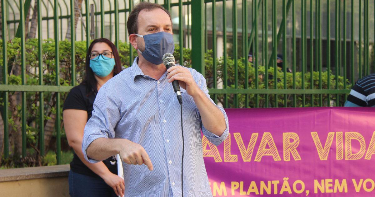 Vereador Celso Giannazi em ato contra a volta às aulas em frente à Câmara Municipal.