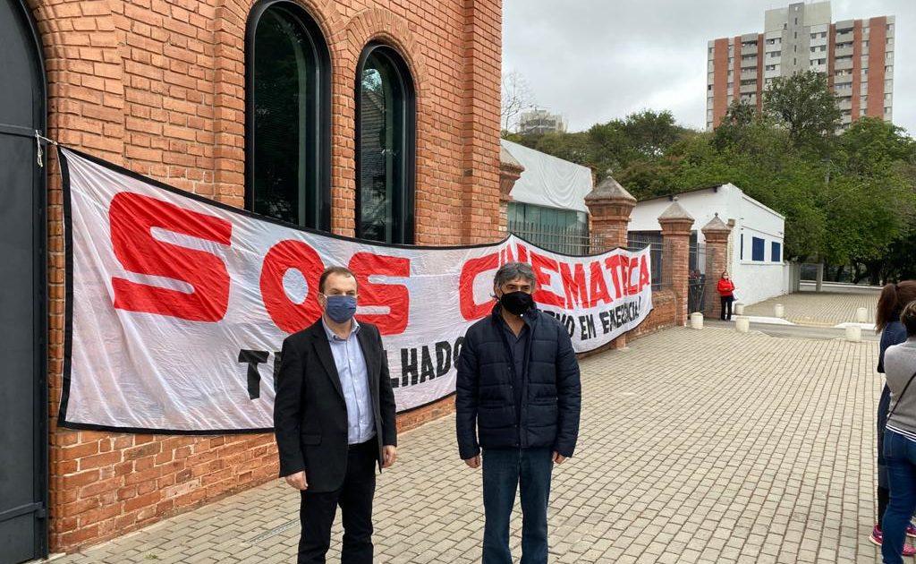 O vereador Celso Giannazi e o deputado Carlos Giannazi se uniram à luta dos trabalhadores e profissionais do cinema e do audiovisual, e participaram do ato em frente à Cinemateca.