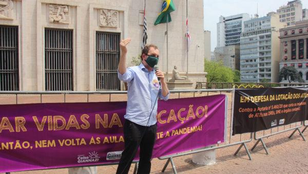 """""""É um ataque diário ao direito à educação pública"""", denuncia o vereador Giannazi diante da Prefeitura de São Paulo"""