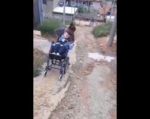 Uma mãe e seu filho correm risco de morte todos os dias pelo descaso da Prefeitura.