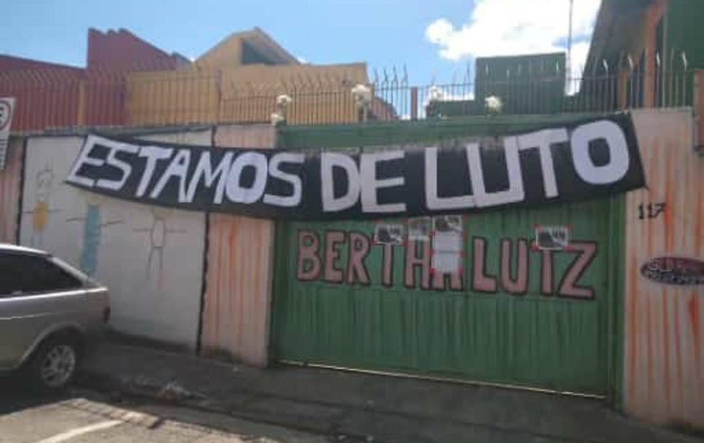 Fachada da escola Bertha Lutz, na Zona Norte de SP, em luto por morte de uma professora por Covid-19 — Foto: Sindsep/Divulgação