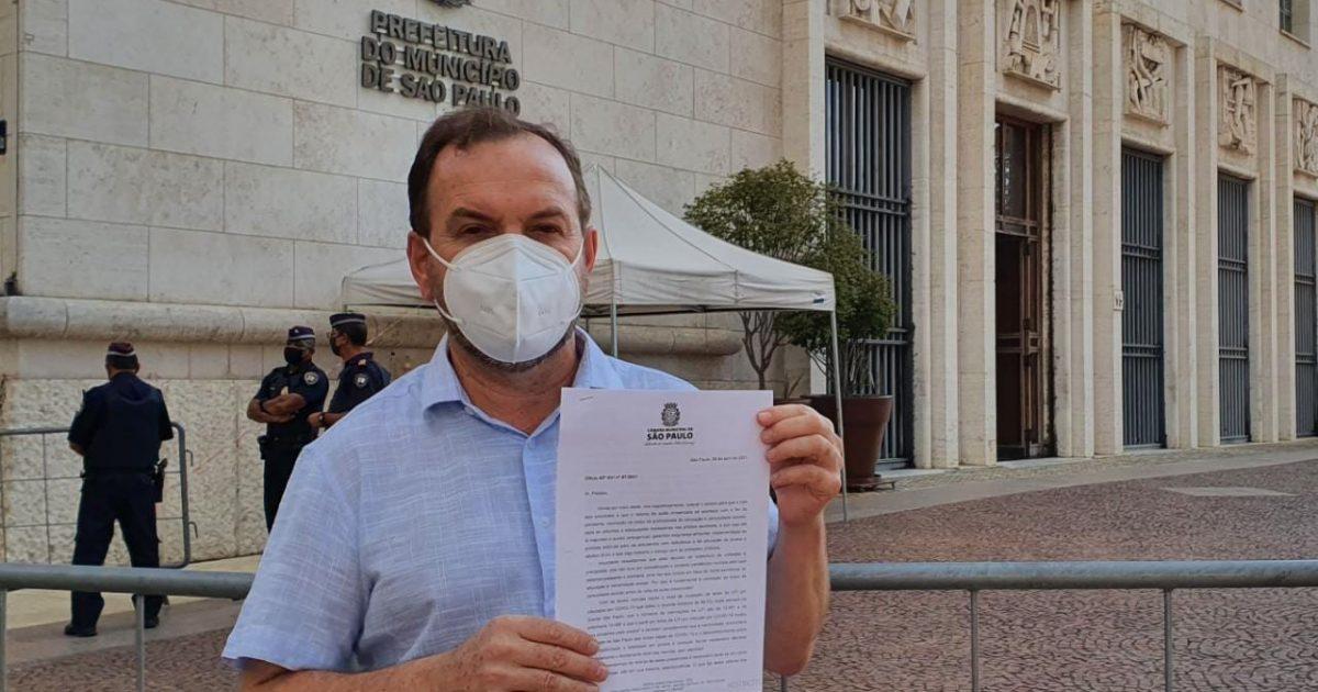 Para conter o avanço da pandemia no Brasil e impedir a saturação do sistema de saúde é necessário garantir a permanência dos alunos em suas residências, até que haja uma vacina.